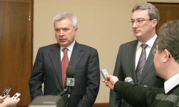 В. Гайзер (справа) и В. Алекперов отвечают на вопросы журналистов