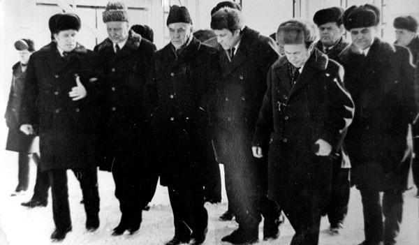 В. Шашин (второй слева и далее по порядку), А. Косыгин, Ф. Хамитов и И. Морозов (Усинск, 1973 г.)