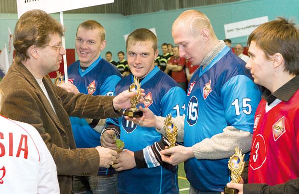 В. Зузлов награждает спортсменов «ЛУКОЙЛ-ЭНЕРГОСЕТЕЙ»