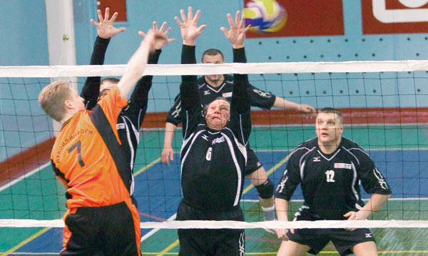 спортсмены Ухтинского НПЗ ставят блок волейболистам «ЛУКОЙЛ-ИНФОРМа» в г. Усинске