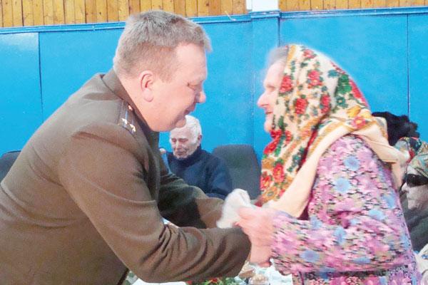 В. Батенков поздравляет ветеранов