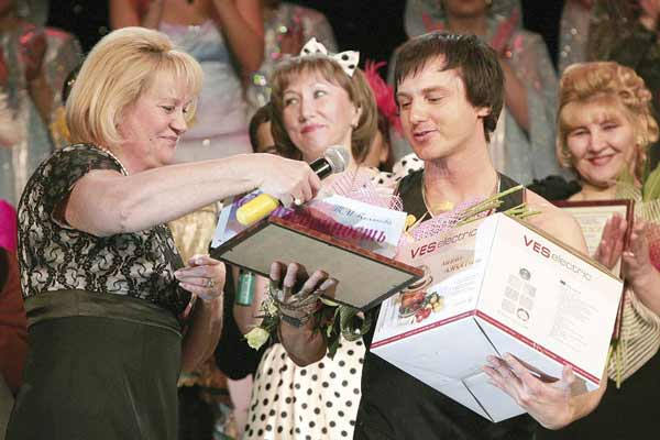 Т. Полякова вручает награды М. Прошутинскому