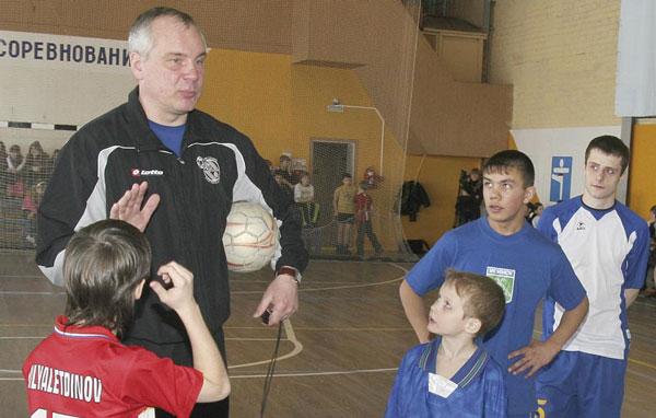 И. Бугаев дает усинским мальчишкам задание на тренировку