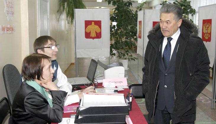 А. Тян на избирательном участке № 140 беседует с Л. Скрипник и Н. Гуськовым