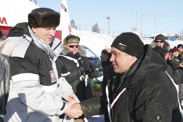 В. Фучижи поздравляет А. Алехина с победой