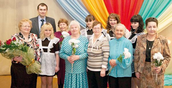 В. Гуляев с педагогами-ветеранами и учениками войвожской школы
