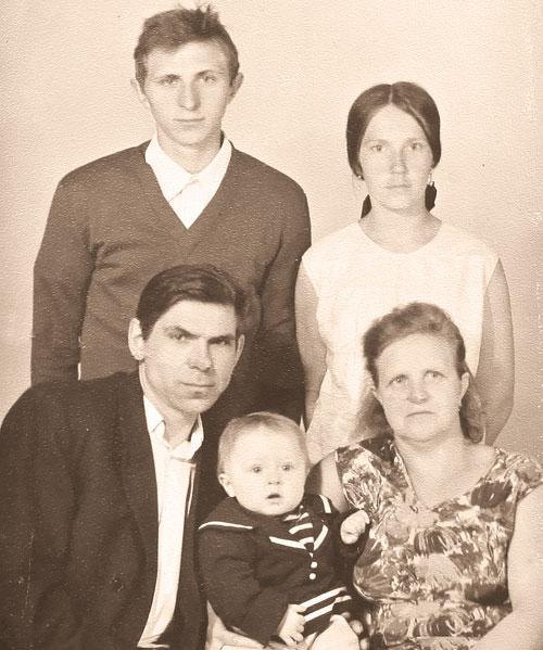 три поколения вместе (Юра с отцом Алексеем Михайловичем, мамой Ниной Ивановной, дедушкой Михаилом Петровичем и бабушкой Верой Васильевной – фото 70-х годов)