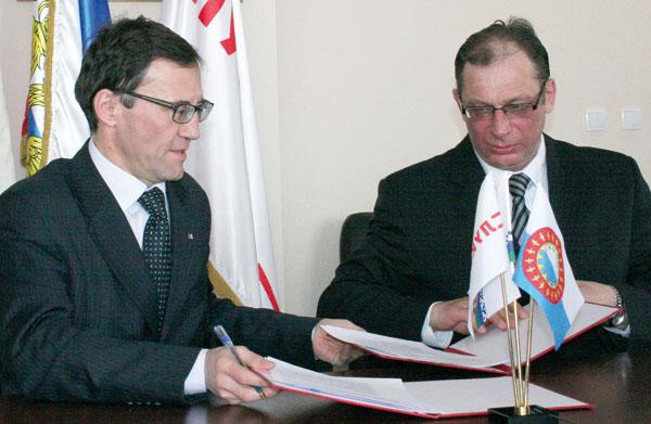 А. Хабибуллин (слева) и А. Безумов во время подписания соглашения