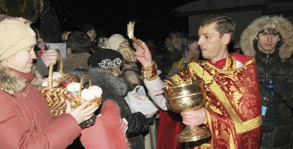 отец Гермоген проводит освящение куличей, пасхальных яиц и пасок