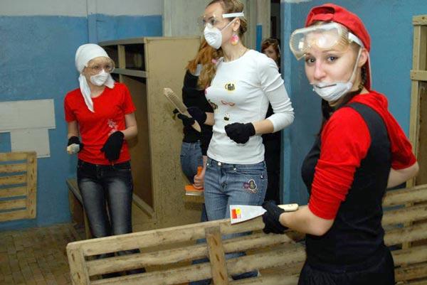 студенты-волонтеры ремонтируют общественную баню в Усть-Усе