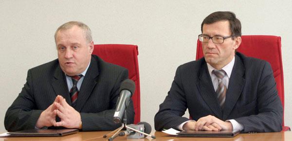 А. Хабибуллин (справа) и П. Дитятев проводят пресс-конференцию после подписания соглашения