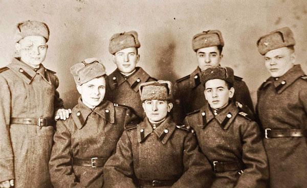 с однополчанами перед демобилизацией – Василий Листопад в первом ряду в центре (Берлин, 1947)