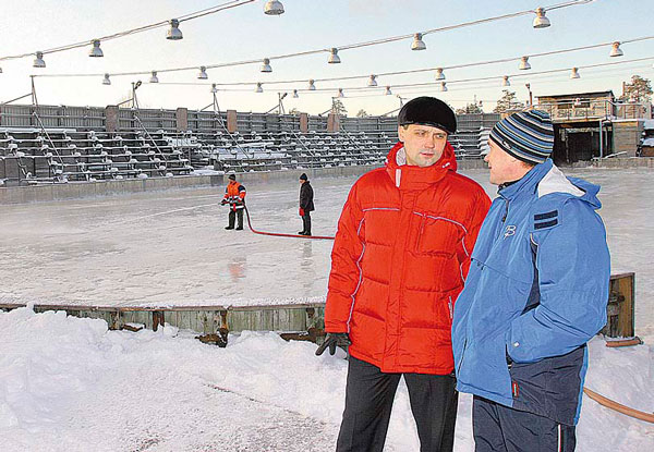 Егор Беликов и тренер ДЮСШ Сергей Бабкин (слева) на хоккейном корте