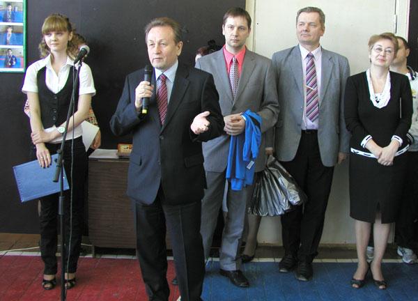 В. Питиримов обращается к школьникам, рядом (справа налево) Т. Каракчиева, Ю. Каршицкий и В. Гудок