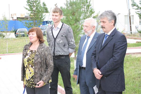 (справа налево) Ю. Медведев, Д. Несанелис, И. Павлов и Ч. Попова поздравляют юбиляров