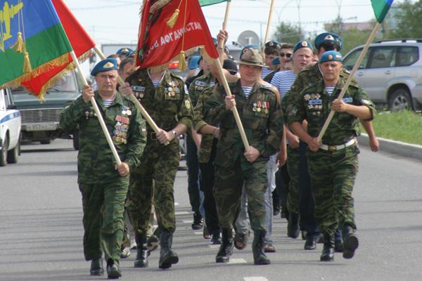 парадный марш по городу – в передней шеренге (слева направо) ветераны ВДВ А. Коновалов, И. Царев и А. Мякотин