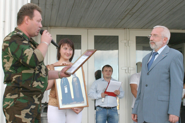 С. Новоселов (слева) вручает грамоту Д. Несанелису