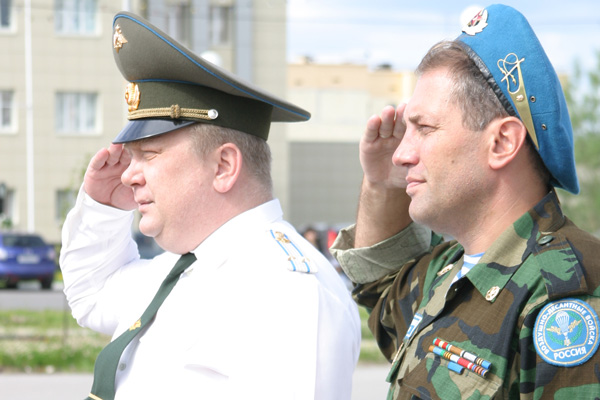 Н. Кулябов (справа) и В. Батенков принимают парад