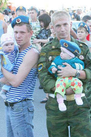 участники праздника с детьми