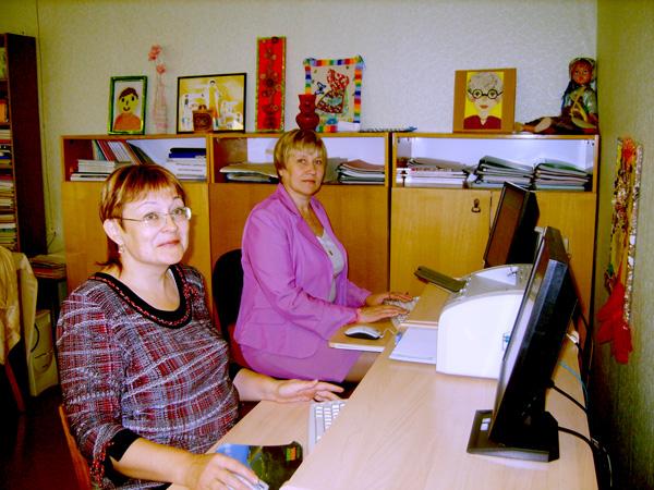 методисты районного методкабинета И. Поздеева (на переднем плане) и С. Чупрова за компьютерами, подаренными лукойловцами