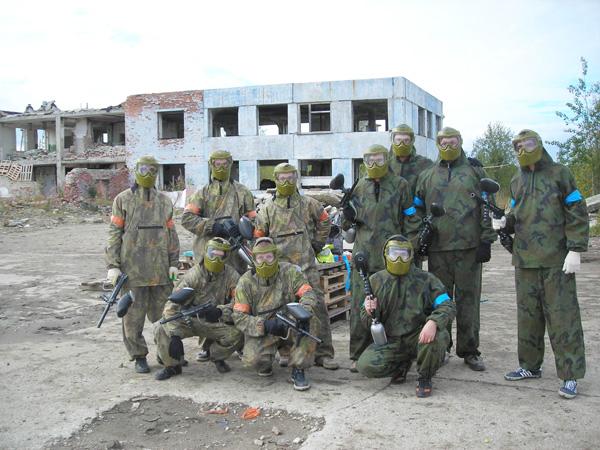 команды-соперницы (синими повязками отмечены «старенькие», оранжевыми – «новенькие»)