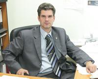 Д. Кулинич в своем кабинете
