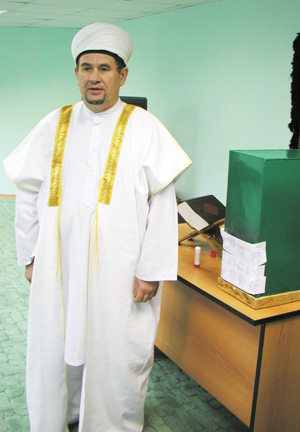 Валиахмад хазрат у ящика с пожертвованиями