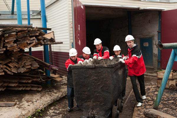 участники трудовой вахты убирают шахту