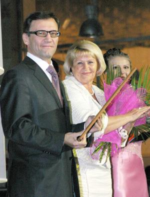 А. Хабибуллин и Т. Полякова поздравляют работников ТПП со сцены