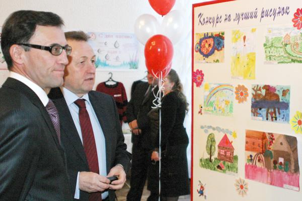 А. Хабибуллин и В. Питиримов знакомятся с работами, выставленными на конкурс лучшего рисунка