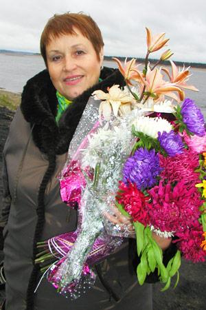 Л. Логинова с цветами от поклонников