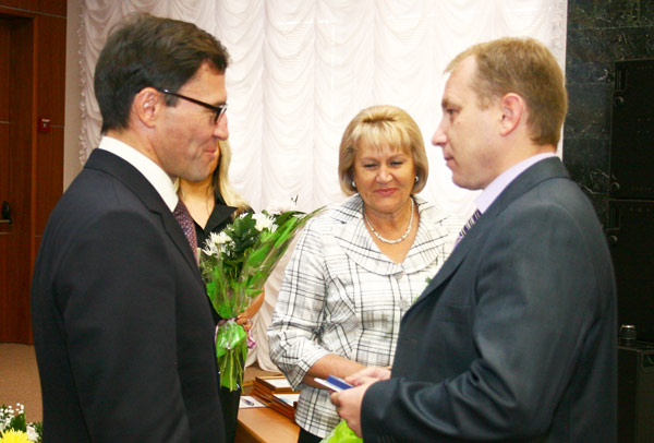 награду из рук А. Хабибуллина принимает Н. Козак (справа)