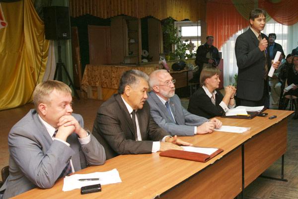 (слева направо) М. Ляпин, А. Тян, Д. Несанелис, И. Канева, В. Иванов общаются с участниками схода