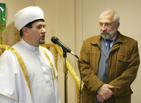 с поздравлениями к верующим обращается Валиахмад хазрат Гаязов (справа – Д. Несанелис)