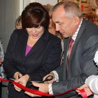Т. Николаева и Е. Рочев открывают выставку