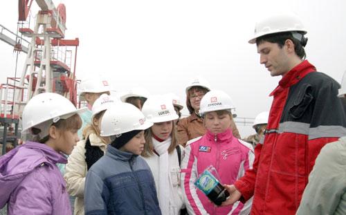 Роман Винокуров показал маленьким экскурсантам настоящую нефть