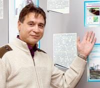 В. Иванов у одного из стендов