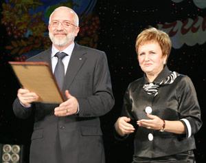Д. Несанелис и О. Подгорная поздравляют учителей со сцены