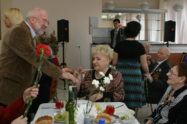 Д. Несанелис вручает ветеранам цветы