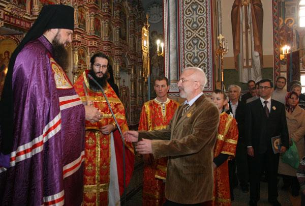 вручение грамоты Д. Несанелису (в центре – благочинный Усинского церковного округа иеромонах Петр)