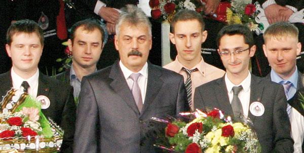Ю. Медведев с молодежью