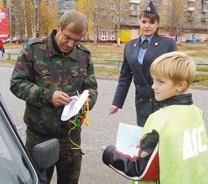 четвероклассник Вова Курицев передает свое послание водителю