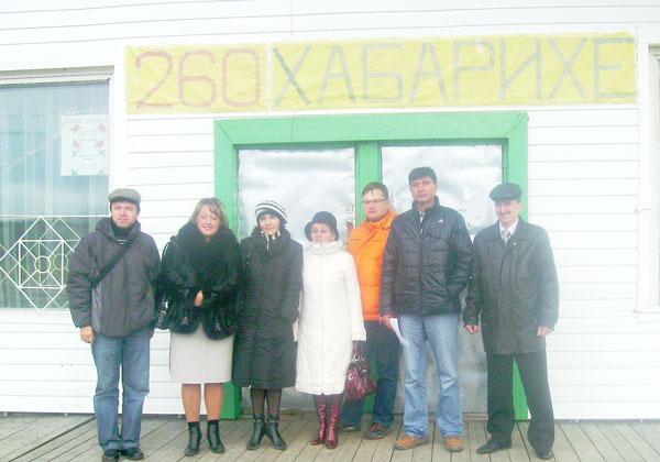 члены комиссии с жительницами Хабарихи Н. Королевой и Е. Поздеевой (вторая и третья слева)