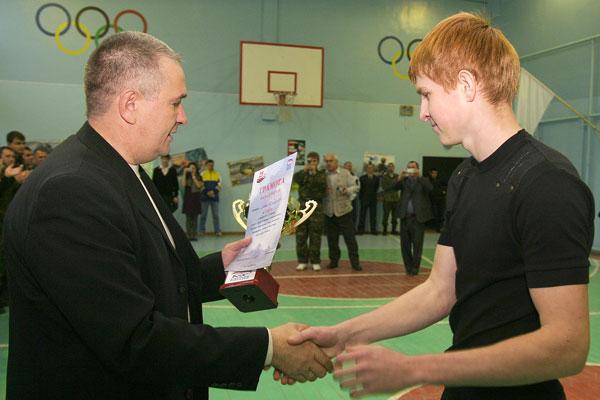А. Коновалов вручает переходящий кубок команде-победительнице