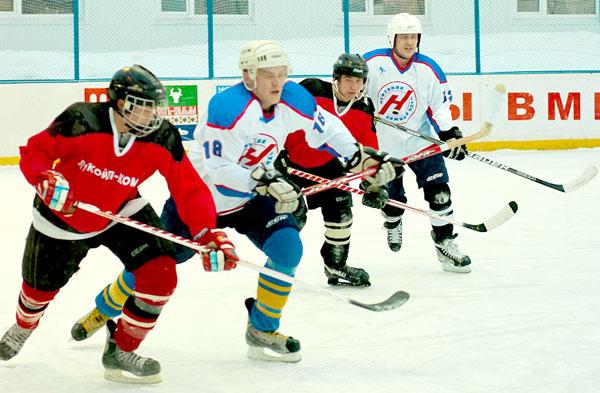 участники юбилейного турнира – хоккеисты Яреги и Нижнего Одеса (в белой форме)