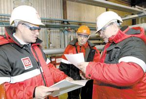 (слева направо) начальник цеха теплоснабжения, обслуживания внутренних систем автоматизации А. Гаврилов, Р. Фархитов и начальник участка пароводоснабжения №4 А. Никулин