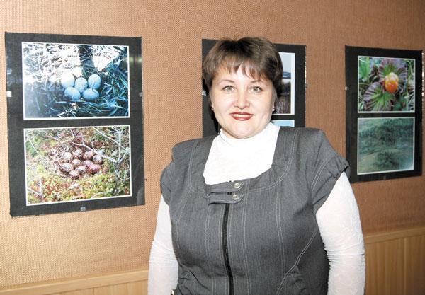 А. Канева на фоне своих работ