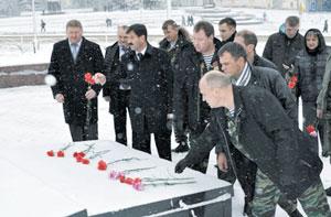 Церемония возложения цветов к памятнику воину-интернационалисту в Сыктывкаре