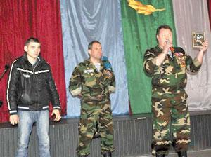 Н. Кулябов (в центре) и Ю. Новоселов напутствуют призывника в п. Красный Затон