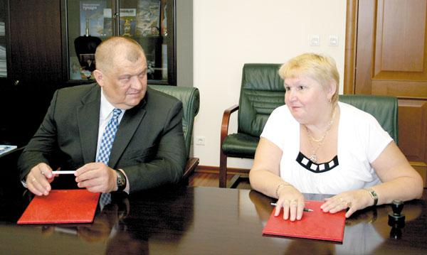 Н. Ковалевская и директор ТПП «ЛУКОЙЛ-Севернефтегаз» А. Болсун подписывают очередное соглашение о сотрудничестве